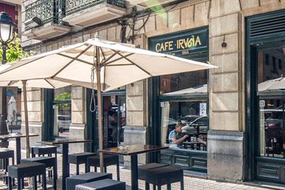 Terraza exterior del Café Iruña en Bilbao